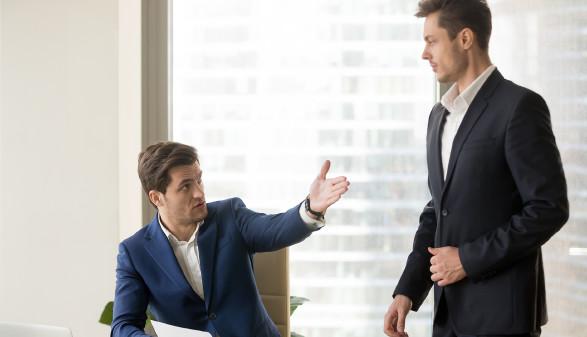 Vorgesetzter verweist Angestellten © fizkes , stock.adobe.com