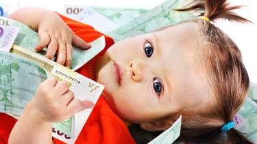 Kleinkind mit Geldscheinen © Gennadiy Poznyakov, stock.adobe.com