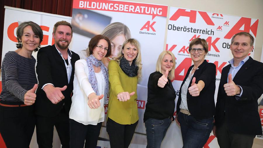 Team der AK Bildungsberatung und Team AK Perg mit AK Bezirksstellenleiter Kurt Punzenberger © -, Cityfoto.at