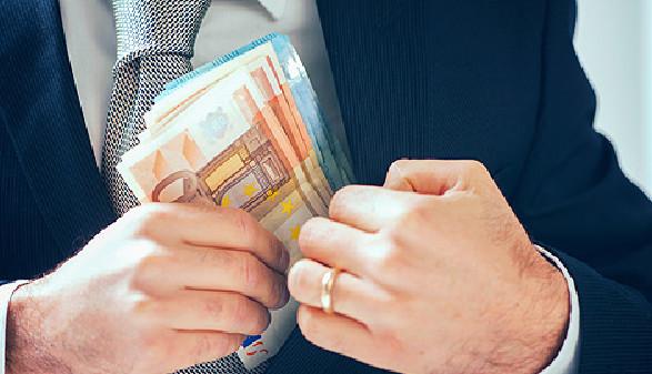 Mann in Anzug steckt Geldscheine in die Innentasche des Sakkos © Fabio Balbi, Fotolia.com