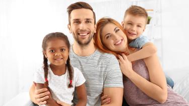 Familie mit Adoptivkind © Africa Studio, stock.adobe.com