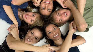 Junge Menschen liegen im Kreis zusammen © BVDC, Fotolia.com