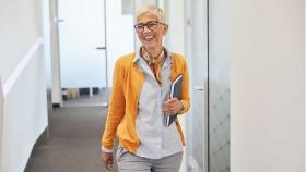 Ältere Arbeitnehmerin mit Unterlagen im Bürogebäude © picsfive, stock.adobe.com