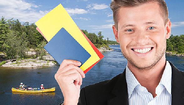 Junger Mann zeigt Reisegutscheine. © Colin | Blue SkyImages, stock.adobe.com