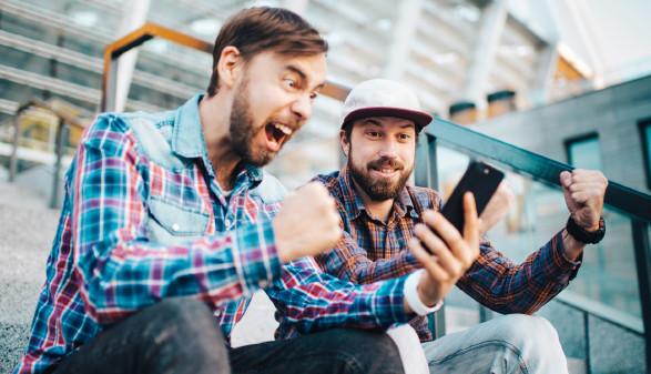 2 Männer jubeln über Nachricht auf dem Smartphone © wpadington, stock.adobe.com