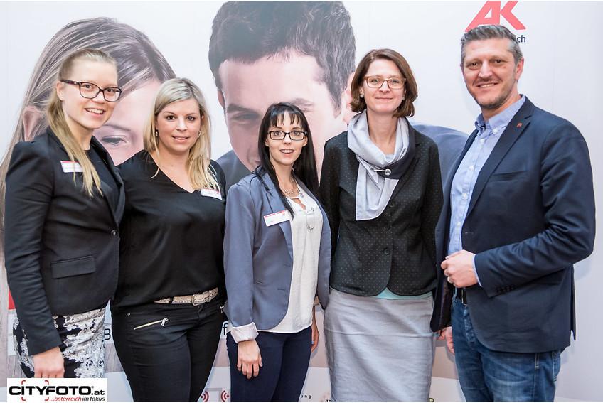 AK-Bezirksstellenleiter Bruno Kamraner (rechts) mit seinem Team und AK Bildungsberaterin Astrid Leonhartsberger-Ledl Denk (2. von rechts). © -, CityFoto.at