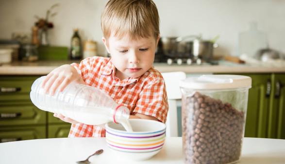Kind bei Frühstück © irena_geo, adobe.stock.com