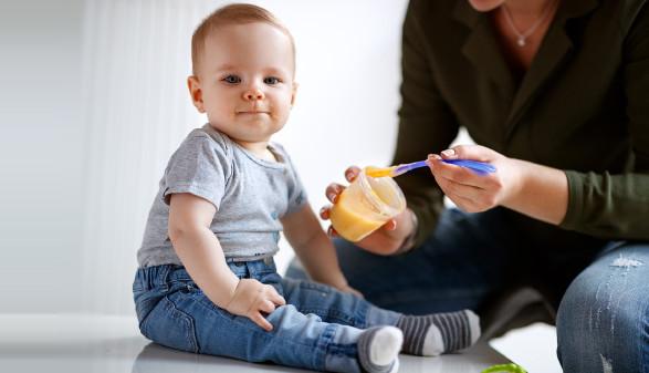 Baby wird mit Brei gefüttert © luckybusiness , stock.adobe.com