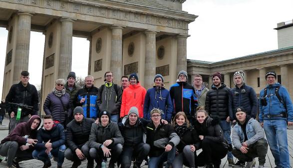 Die Schüler/-innen der Klasse 4aMod der Berufsschule Attnang besuchten im Rahmen ihrer viertägigen Exkursion nach Berlin auch das Brandenburger Tor. © Friedrich Wiesmayr, -