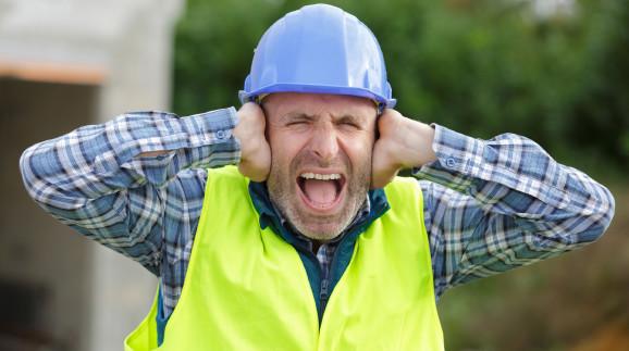 Arbeiter hält sich wegen Lärm die Ohren zu © auremar, stock.adobe.com