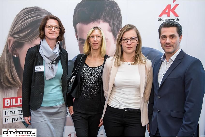 AK-Bildungsberaterin Astrid Leonhartsberger-Ledl (links) mit erfolgreichen Absolventen/-innen im zweiten Bildungsweg und Moderator Andreas Seidl (rechts). © -, CityFoto.at