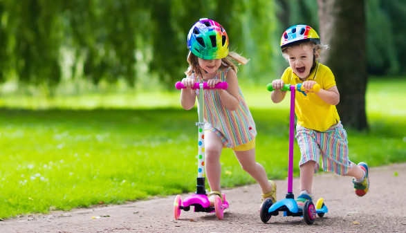 Kinder mit Scooter © famveldman, stock.adobe.com