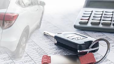 Autoschlüssel neben Tischrechner, Liste und Symbolauto - Fotocollage © v.poth, stock.adobe.com