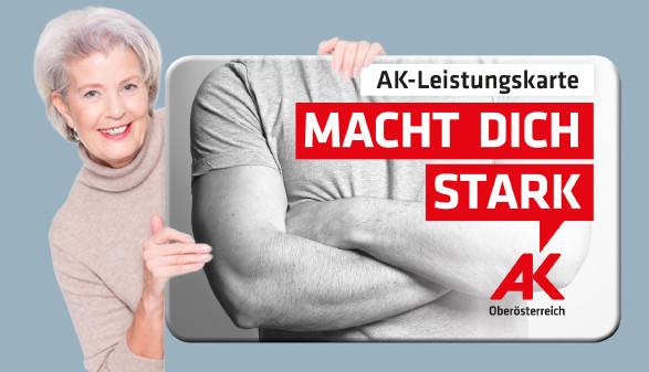 Pensionistin hält die AK-Leistungskarte © PictureArt   AKOÖ, Fotolia.com