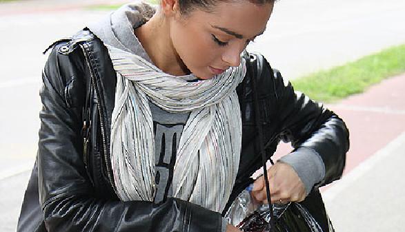 Junge Frau sucht etwas in ihrer Tasche © zonch, Fotolia.com