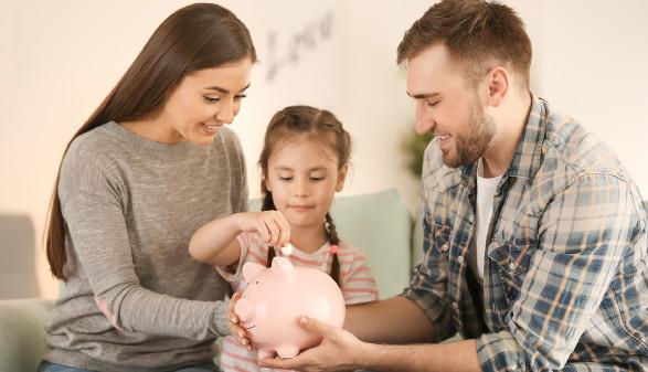 Familie mit Sparschwein © Pixel-Shot , stock.adobe.com