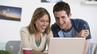Mann und Frau sitzen vor Laptop © Jupiterimages, ThinkstockPhotos