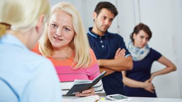 Arbeitslose stellen sich beim Schalter des AMS an © Robert Kneschke, stock.adobe.com