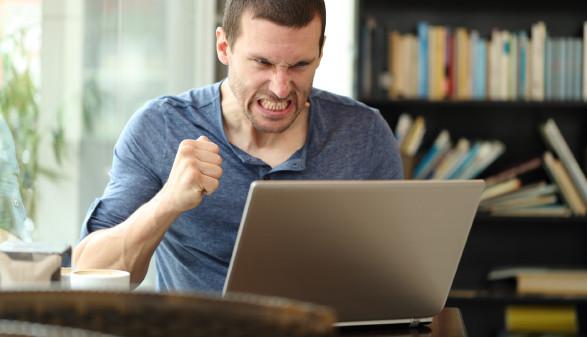Konsument sitzt bei Laptop und ärgert sich © Antonioguillem, stock.adobe.com