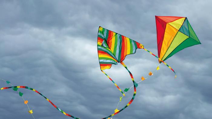 Drachen steigen in Wolken © Izmir Product | Patryk Michalski | jgolby, Shutterstock.com