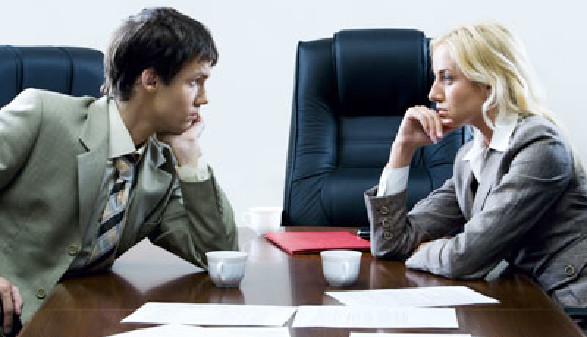 Mann und Frauen starren sich gegenseitig im Büro an © pressmaster, fotolia.com