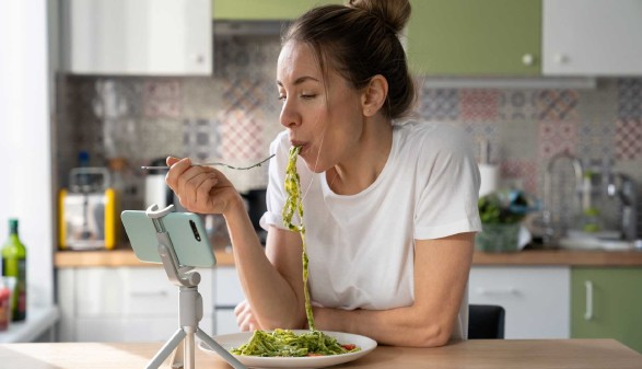 Frau isst Nudeln mit Basilikum-Pesto © DimaBerlin, stock.adobe.com
