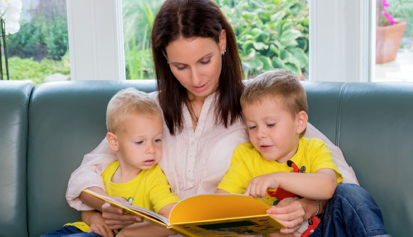Mutter liest ihren 2 Kindern ein Buch vor © Gina Sanders , stock.adobe.com