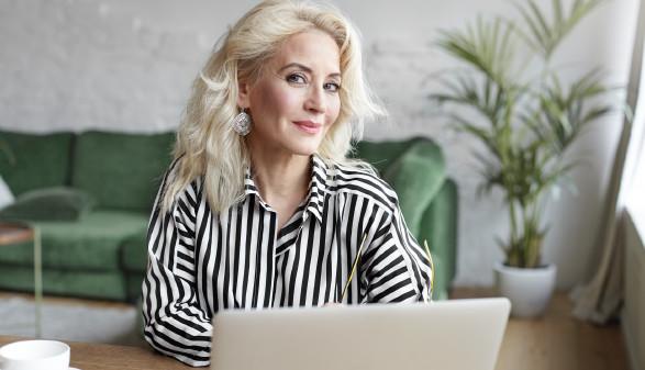 Frau sitzt vor Laptop © shurkin_son, stock.adobe.com