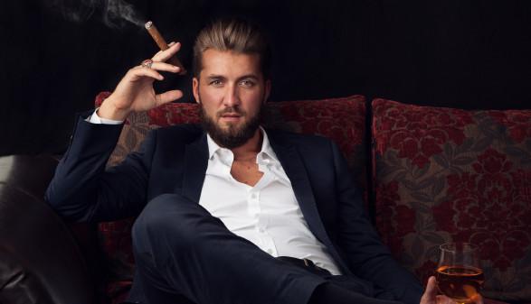 Erfolgreicher Geschäftsmann mit Wein und Zigarre © Cara Foto, stock.adobe.com