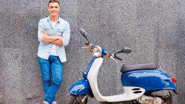 Jugendlicher mit blauem Moped © gstockstudio, Fotolia.com