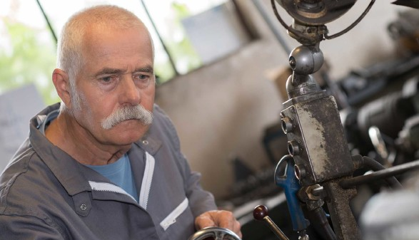 Älterer Arbeiter arbeitet an einer Maschine © auremar, stock.adobe.com