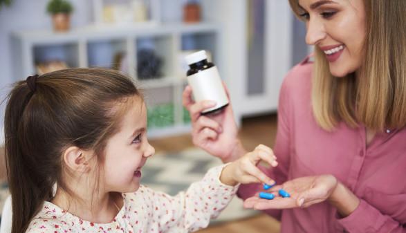 Mutter gibt Kind ein Nahrungsergänzungsmittel © gpointstudio, stock.adobe.com