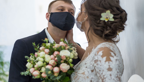 Brautpaar mit Mundnasenschutz © Алексей-Доненко, stock.adobe.com