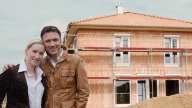 Ehepaar steht vor Rohbau © pictonaut, stock.adobe.com