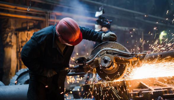 Arbeiter bei Schneidearbeiten © romankosolapov , stock.adobe.com