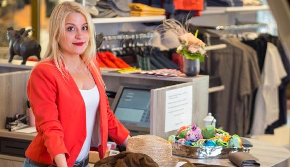 Verkäuferin steht bei Kassa © nik0.0kin , stock.adobe.com