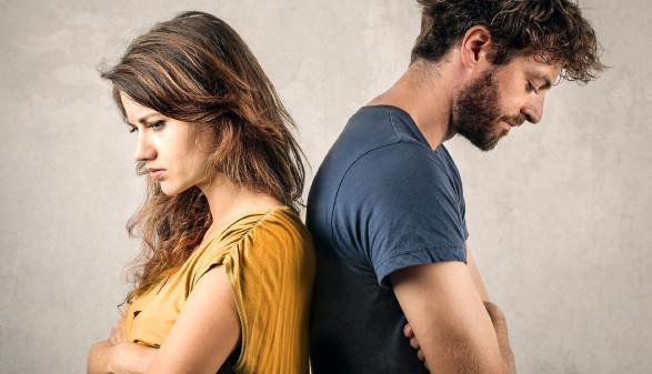Frau und Mann stehen Rücken an Rücken © olly , stock.adobe.com
