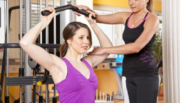 Frau mit persönlicher Fitnesstrainerin trainiert © foto ARts, fotolia.com