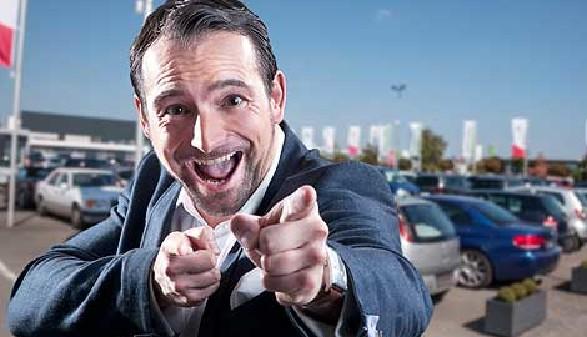 Autoverkäufer zeigt mit Finger auf den Betrachter © Nick Freund, Fotolia.com