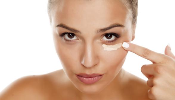 Frau benützt Augencreme © Vladimir Floyd, stock.adobe.com