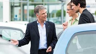 Junges Paar wird von Autoverkäufer beraten © Fotolia.com, Kzenon