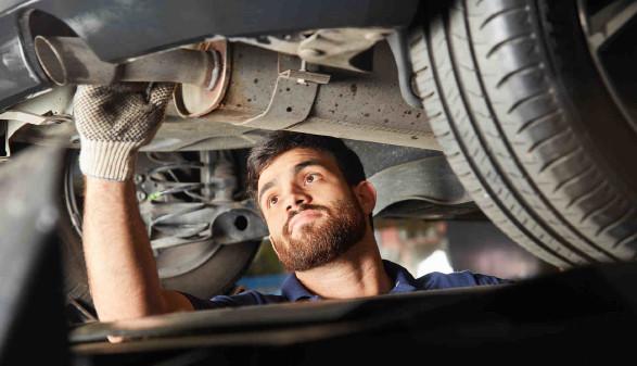Automechaniker bei der Arbeit © Robert Kneschke, stock.adobe.com