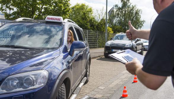Fahrlehrer gibt Schülerin Anweisung zum Einparken © Gerhard Seybert, stock.adobe.com