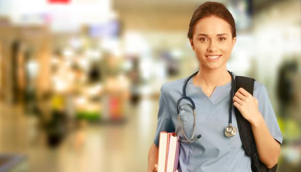 junge Krankenschwester mit Bücher und Stethoskop © BillionPhotos.com, stock.adobe.com