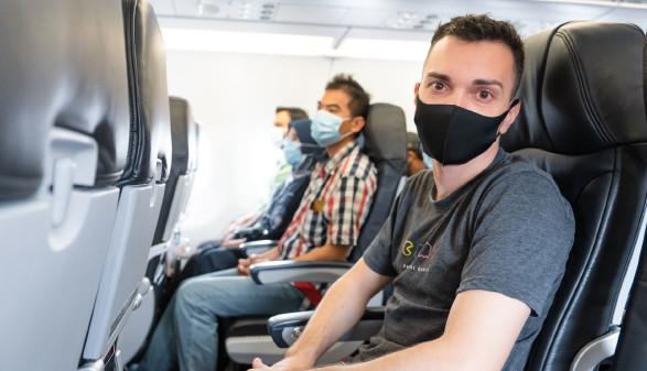 Mann mit Maske im Flugzeug © Ekatarina, adobe.stock.com