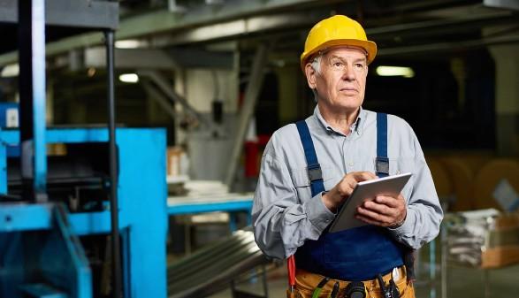 Ältere Arbeitnehmer in einer Werkstatt mit Notizblock © seventyfour, stock.adobe.com