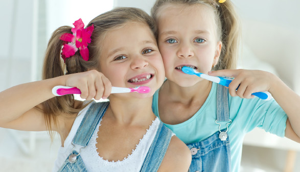 2 Mädchen putzen ihre Zähne © nuzza11 , stock.adobe.com