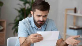 Mann liest einen Brief und ist sehr verwundert. © fizkes, stock.adobe.com