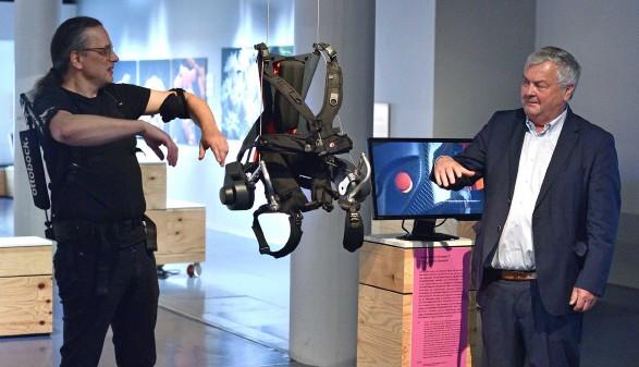 AK-Präsident Kalliauer (rechts) und AEC-Geschäftsführer Gerfried Stocker bei der Ausstellungseröffnung im AEC © Wolfgang Spitzbart, Arbeiterkammer Oberösterreich