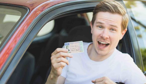 Junger Mann im Auto mit Führerschein in der Hand © DDRockstar, stock.adobe.com